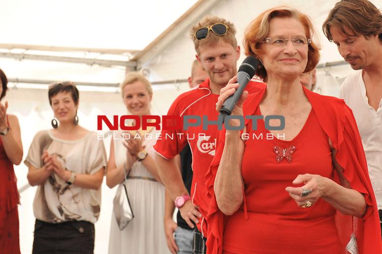 28.07.13, Rote Rosen Studio, Lueneburg, Rote Rosen, Fan-Tag,  im Bild Autogramm-Stunde Brigitte Antonius auf der Buehne// during the day 2013/07/28,Lueneburg<br /> Foto &copy; nph/ Witke