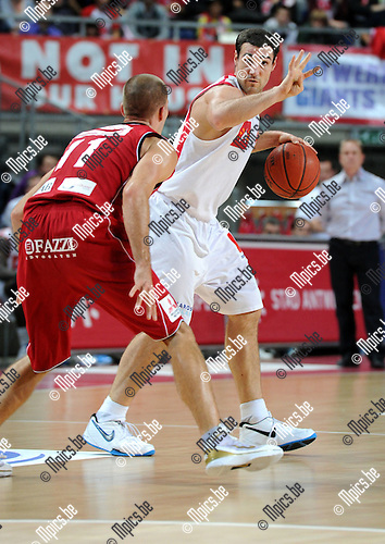 2010-11-06 / Basketbal / seizoen 2010-2011 / Antwerp Giants - Gent / Roel Moors (Antwerp) met Senne Geukens ..Foto: Mpics