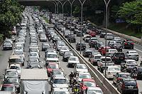 SAO PAULO, SP, 13.12.2013 - TRANSITO SAO PAULO - Transito intenso na Avenida 23 de Maio, altura do viaduto Santa Generosa, região sul da capital, na tarde desta sexta feira, 13. (Foto: Alexandre Moreira / Brazil Photo Press)