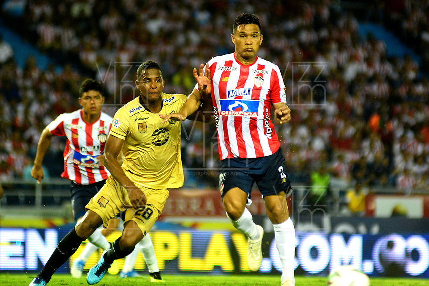 BARRANQUILLA - COLOMBIA, 16-02-2019: Teófilo Gutiérrez de Atlético Junior disputa el balón con Francisco Rodríguez de Rionegro Águilas Doradas, durante partido de la fecha 5 entre Atlético Junior y Rionegro Águilas Doradas, por la Liga Águila I-2019, jugado en el estadio Metropolitano Roberto Meléndez de la ciudad de Barranquilla. / Teofilo Gutierrez of Atletico Junior vies for the ball with Francisco Rodriguez of Rionegro Aguilas Doradas, during a match of the 5th date between Atletico Junior and Rionegro Aguilas Doradas, for the Aguila Leguaje I-2019 at the Metropolitano Roberto Melendez Stadium in Barranquilla city, Photo: VizzorImage  / Alfonso Cervantes / Cont.