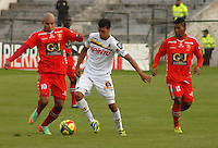 TUNJA - COLOMBIA -22 -03-2014: Jonathan Estrada (Izq.) jugador de Patriotas FC disputan el balón con Daniel Santa (Der.) jugador de Alianza Petrolera, durante partido por la fecha 12 de la Liga Postobon I-2014, jugado en el estadio La Independencia de la ciudad de Tunja. / Johnatha Estrada (L) player of Patriotas FC vies for the ball with Daniel Santa (R) player of Alianza Petrolera, during a match for the date 12th of the Liga Postobon I-2014 at the La Independencia  stadium in Tunja city, Photo: VizzorImage  / Jose M. Palencia / Str. (Best quality available)