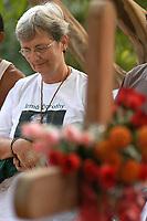A missionária americana Jane Elisabeth Dwyer, e trabalhadores rurais, participam  de cerimônia durante missa em homenagem a irmã Dorothy Stang, assassinada a seis meses .  A missionária morava com irmã Dorothy e dá continuidade ao seu trabalho.<br />Anapú, Pará, Brasil<br />Foto Paulo Santos/Interfoto<br />12/08/2005