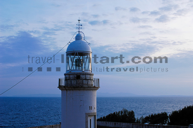 Catalonia, Europe, Geography, Girona, Roses, Spain, Europa, Geografie, Katalonien, Spanien, Costa Brava, Faro de Roses, Punta de la Bateria, Leuchtfeuer, Leuchtturm, Leuchttürme, Maritim, Örtlichkeiten, beacon, beacons, flare, flares, lighthouse, lighthouses, localities, maritime, Architektur, bauten, Bauwerke, Gebäude, Haus, Architecture, building, buildings, tower, towers, blue hour, dusk, elements, evening skies, evening sky, Landscape, nature, twilight, Abend, Abenddämmerung, Abendhimmel, abendrot, blaue Stunde, Landschaft, Natur, Naturelemente, Gewässer, Kueste, Landschaftsform, Landschaftsformen, Meer, Meere, Mittelländisches Meer, Mittelmeer, bodies of water, body of water, coast, landscape form, landscape forms, landscapes, mediterranean, Mediterranean sea, seas, coastal landcsapes, coastline, coastlines, coasts, Küste, Küsten, Küstenlandschaft, Cataluña, Catalunya