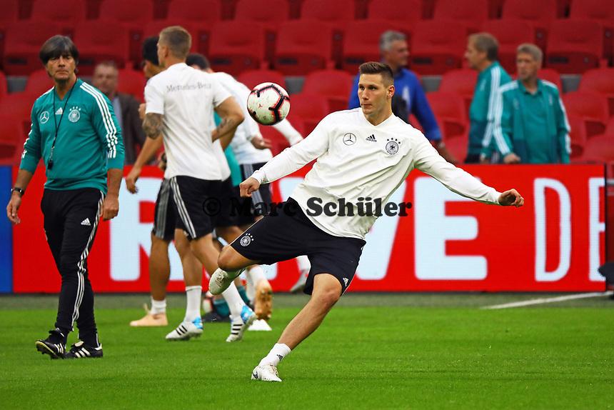 Niklas Süle (Deutschland Germany) zieht ab, Bundestrainer Joachim Loew (Deutschland Germany) sieht zu - 12.10.2018: Abschlusstraining der Deutschen Nationalmannschaft vor dem UEFA Nations League Spiel gegen die Niederlande