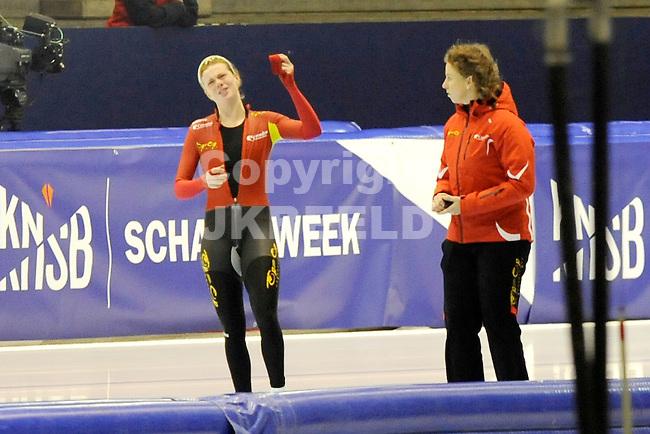 HEERENVEEN - Schaatsen, EK  kwalificatie dames 1500 meter, 26-12-2011, Marije Joling baalt na haar diskwalificatie rechts coach Renate Groenewold.