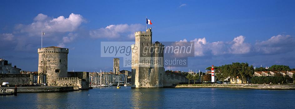 France/17/Charente Maritime/La Rochelle: Le vieux port, la tour Saint Nicolas, la tour de la Chaine et le clocher de l'eglise Saint Sauveur