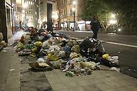 SAO PAULO, SP, 03/06/2013, LIXO DEFRONTE PREFEITURA. Na rua Libero Badaro no numero 190 no centro da capital,  defronte aa Prefeitura de Sao Paulo, uma montanha de lixo impede que o pedestre caminhe pela calcada. Alem do mal cheiro, populares relataram a presenca de ratos e pombas no local.LUIZ GUARNIERI/BRAZIL PHOTO PRESS.