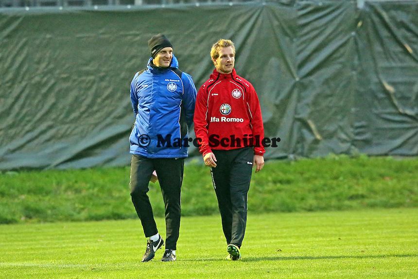 Reha-Trainer Michael Fabacher mit Stefan Aigner (Eintracht)