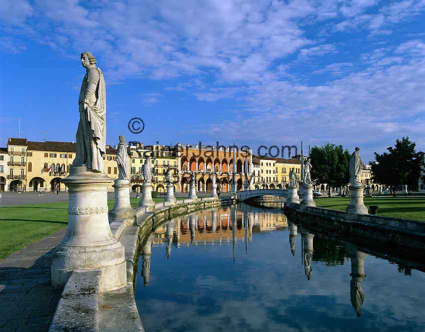 Italy, Veneto, Padua: Prato della Valle | Italien, Venetien, Padua: Prato della Valle