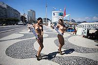 RIO DE JANEIRO, RJ, 12.12.2014 - PROTESTO MOVIMENTO FEMINISTA - Bia Spring (e) e Sara Winter (d), ativistas do movimento feminista Bastardxs realizam um protesto contra a ditadura da beleza e intervenções cirúrgicas estéticas que colocam a saúde da mulher em risco, lembrando o caso da modelo Andressa Urach. O ato foi realizado na Praia de Copacabana, zona sul da cidade, nesta sexta-feira, 12. (Foto: Gustavo Serebrenick / Brazil Photo Press)