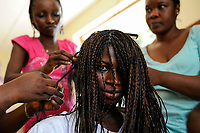 SIERRA LEONE Freetown , Kamayama Youth Empowerment Centre in Mende, beautician training for young women /Frisoer Ausbildung fuer junge Frauen, Haarverlaengerung mit Kunsthaar
