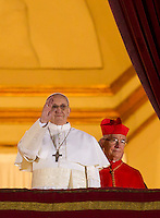 Il nuovo Papa Francesco saluta i fedeli dalla Loggia centrale della Basilica di San Pietro, Citta' del Vaticano, 13 marzo 2013. Il Cardinale argentino Jorge Mario Bergoglio, che ha scelto il nome di Papa Francesco, e' il 266esimo Pontefice della Chiesa Cattolica Romana eletto dai 115 cardinali del Conclave.<br /> Newly elected Pope Francis greets the faithful from the central balcony of St. Peter's Basilica at the Vatican, 13 March 2013. Argentine Cardinal Jorge Mario Bergoglio, who chose the name of Pope Francis, is the 266th pontiff of the Roman Catholic Church elected by a Conclave of 115 cardinals. <br /> UPDATE IMAGES PRESS/Riccardo De Luca<br /> STRICTLY ONLY FOR EDITORIAL USE