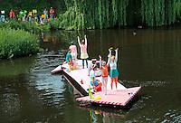 Nederland Den Bosch  2016 . De Bosch Parade op rivier de Dommel. De Bosch Parade is een evenement in 's-Hertogenbosch. De optocht bestaat uit varende kunstwerken. Alle werken zijn geïnspireerd op de kunst van Jheronimus Bosch. Vaartuig De Wave.   Foto  Berlinda van Dam / Hollandse Hoogte