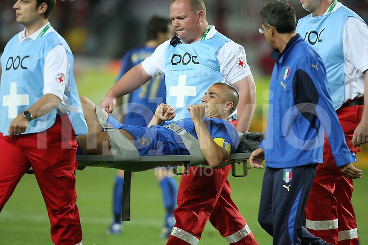 Fussball WM 2006  Gruppenspiel  Vorrunde  Gruppe C Italien 1-1 USA Fabio Cannavaro (ITA) wird verletzt vom Feld getragen.