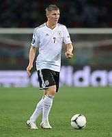 FUSSBALL  EUROPAMEISTERSCHAFT 2012   VORRUNDE Niederlande - Deutschland       13.06.2012 Bastian Schweinsteiger (Deutschland)  Einzelaktion am Ball
