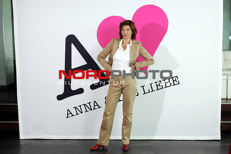 Sat.1-Telenovela - Anna und Die Liebe<br /> <br /> Karin Kienzer<br /> <br /> Fototermin zum Start der neuen Sat.1-Telenovela &quot;Anna und die Liebe&quot; mit Jeanette Biedermann, Roy Peter Link, Mathieu Carriere, Alexander Klaws, Karolina Lodyga. <br /> Beginn der Sendung: 25. August 2008 19:00 Uhr.<br /> <br /> Foto &copy; nph (  nordphoto  )<br /> <br />  *** Local Caption ***