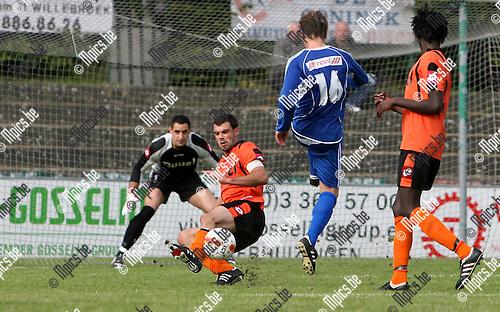 2010-09-1 / Seizoen 2010-2011 / Voetbal / KVC Willebroek-Meerhof - Sint Gillis Waas / Raf Peeters van Sint Gillis Waas stuit op verdediger Geert Dewilde van Willebroek-Meerhof..Foto: mpics