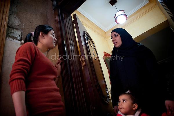 Copyright : Magali Corouge / Documentography.Le Caire, le 26 janvier 2013. .Yitong Shen discute avec sa voisine de palier dans le quartier d'Abbasseya du Caire.