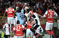 BOGOTA- COLOMBIA – 18-03-2014: Hector Urrego (Izq.) Francisco Meza (2Izq.), Luis Arias (Cent.) Jefferson Cuero (3Der.) y Jose de la Cuesta  (Der.) jugadores del Independiente Santa Fe, disputan el balón con Yañes Angulo (2 Izq.), Juan Falcon (Cent.) y Carlos Lopez (2Der.) jugadores del Zamora, durante partido entre Independiente Santa Fe de Colombia y Zamora de Venezuela por la segunda fase, grupo 4, de la Copa Bridgestone Libertadores en el estadio Nemesio Camacho El Campin, de la ciudad de Bogota. / Hector Urrego (L) Francisco Meza (2L), Luis Arias (C) Jefferson Cuero (3R) and Jose de la Cuesta  (R) players of Independiente Santa Fe, figth for the ball with Yañes Angulo (2L), Juan Falcon (C) and Carlos Lopez (2R) players of Zamora, during a match between Independiente Santa Fe of Colombia and Zamora of Venezuela for the second phase, group 4, of the Copa Bridgestone Libertadores in the Nemesio Camacho El Campin in Bogota city. Photo: VizzorImage / Luis Ramirez / Staff.