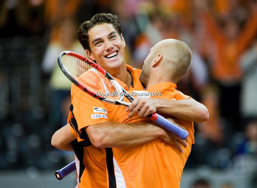 20-9-08, Netherlands, Apeldoorn, Tennis, Daviscup NL-Zuid Korea, Dubbles match: Jesse Huta Galung and Peter Wessels  vliegen elkaar in de armen nadat ze de dubbel hebben gewonnen