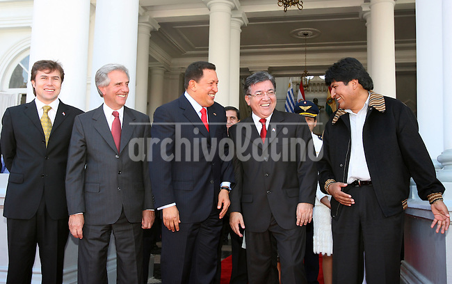 Los presidentes de Paraguay, Nicanor Duarte; Bolivia, Evo Morales; Uruguay, Tabare Vazquez, y Venezuela, Hugo Chavez, durante la cumbre en Asuncion para tratar la construccion del  Gasoducto del Sur, que 3 paises con el asesoramiento y financiamiento de Venezuela.+energia, gas, economia *Presidents of Paraguay, Nicanor Duarte; Bolivia, Evo Morales; Uruguay, Tabare Vazquez, and Venezuela, Hugo Chavez , during the summit in the city of Asunción to treat the construction of the Southern Gas Pilpeline , that would link 3 countries with Venezuela´s finance help.+energy, oil......