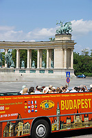 HUN, Ungarn, Budapest, Stadtteil Pest: am Stadtwaeldchen: Stadtrundfahrtbus am Heldenplatz | HUN, Hungary, Budapest, Pest District: sightseeing bus at Heroes' Square