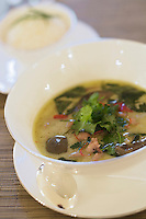 "Europe/République Tchèque/Prague:  Cari de poulet, lait de coco , basilic et piments verts thaïs- Thai Green Chicken curry,lemongrass coconut milk,basil and chillies- Recette de   Gregory McLean chef du restaurant ""Essensia"" - Hotel Mandarin Oriental"