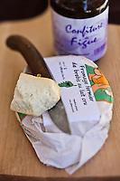 Europe/France/2B/Haute Corse/Balagne/L'île Rousse: Fromage  fermier de brebis au lait cru , d' Agnès Ferreri, fromages de Pietra-Monetta, ferme auberge de Pietra-Monetta - sous la belle halle ouverte à colonne de l'île Rousse lors du marché