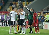 FUSSBALL  EUROPAMEISTERSCHAFT 2012   VORRUNDE Deutschland - Portugal          09.06.2012 Spielerwechsel: Mario Gomez (li) geht und Miroslav Klose (re, beide Deutschland) kommt