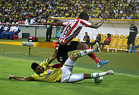 BUCARAMANGA-COLOMBIA, 07-03-2020: Steve Makuka de Atletico Bucaramanga y Jeison Angulo de Atletico Junior disputan el balon, durante partido entre Atletico Bucaramanga y Atletico Junior, de la fecha 8 por la Liga BetPlay DIMAYOR I 2020, jugado en el estadio Alfonso Lopez de la ciudad de Bucaramanga. / Steve Makuka of Atletico Bucaramanga and Jeison Angulo of Atletico Junior vie for the ball during a match between Atletico Bucaramanga and Atletico Junior, of the 8th date for the BetPlay DIMAYOR I Legauje 2020 at the Alfonso Lopez stadium in Bucaramanga city. / Photo: VizzorImage / Jaime Moreno / Cont.