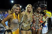SÃO PAULO, SP, 05 DE FEVEREIRO DE 2012 - ENSAIO ACADÊMICOS DO TUCURUVI - Valéria de Paula, rainha da bateria (d) e Modelo Caroline Bittencourt (c)  durante ensaio técnico da Escola de Samba Acadêmicos do Tucuruvi na preparação para o Carnaval 2012. O ensaio foi realizado na noite deste domingo (05) no Sambódromo do Anhembi, zona norte da cidade. FOTO: LEVI BIANCO - NEWS FREE