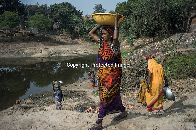 Village women are seen working in road construction within the NREGA (National Rural Employment Guarantee Act) in Medawar Kalan in Ballia district of Uttar Pradesh, India. Photo: Sanjit Das/Panos for Der Spiegel