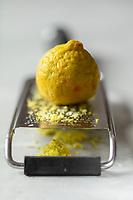 Le   citron, ou citron jaune, fruit du citronnier (Citrus limon), préparation du zeste à la râpe // Lemon, lemon fruit (Citrus limon), preparation of grated zest