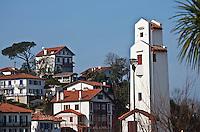 Europe/France/Aquitaine/64/Pyrénées-Atlantiques/Pays Basque/Ciboure: les maisons de Ciboure et le phare du Port  de  Saint-Jean-de-Luz