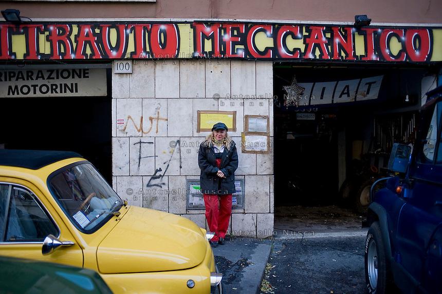 Giuseppe (Bea) della Pelle, davanti la sua officina.<br /> Giuseppe della Pelle at work