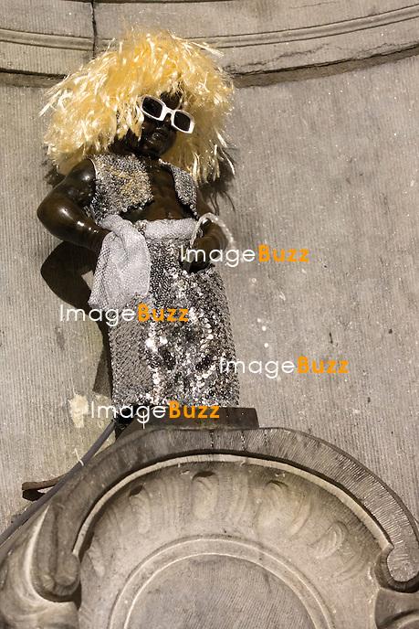 Michel Polnareff &agrave; l'h&ocirc;tel de Ville de Bruxelles offre un nouveau costume au Manneken-Pis, en pr&eacute;sence du bourgmestre ( Maire )  Yvan Mayeur et de l'&eacute;chevine de la Culture Karine Lalieux.<br /> Le costume choisi est une copie d'une tenue de sc&egrave;ne port&eacute;e en 1972 &agrave; l'Olympia. Il est compos&eacute; d'un pantalon et d'un gilet sans manches argent&eacute;s avec des paillettes. Le lunetier de Michel Polnareff a &eacute;galement fabriqu&eacute; sur mesure un exemplaire de ses lunettes blanches caract&eacute;ristiques. &quot;Cela symbolise mon amiti&eacute; avec Bruxelles&quot;, a d&eacute;clar&eacute; Michel Polnareff.<br /> En marge de la c&eacute;r&eacute;monie, ses plus grands titres ont &eacute;t&eacute; diffus&eacute;s depuis l'h&ocirc;tel de Ville pour le public rest&eacute; &agrave; l'ext&eacute;rieur. Accompagn&eacute; du bourgmestre, de sa femme Danyellah et de son fils Louka, l'artiste s'est pr&eacute;sent&eacute; au balcon de l'h&ocirc;tel de Ville pour saluer les quelque 200 &agrave; 300 personnes rassembl&eacute;es sur la Grand-Place. Il a lanc&eacute; un &quot;Je vous aime&quot; au public avant de leur retourner qu'il s'agissait d'un grand honneur pour lui que de b&eacute;n&eacute;ficier d'un tel accueil &agrave; Bruxelles.<br /> <br /> Le chanteur a ensuite pris un bain de foule devant le Manneken-Pis, qui a d&eacute;voil&eacute; son costume. Il portait pour l'occasion une perruque avec une coupe similaire &agrave; celle de Michel Polnareff. Le jet d'eau a asperg&eacute; la foule rassembl&eacute;e.<br /> Belgique, Bruxelles, 17 novembre 2016