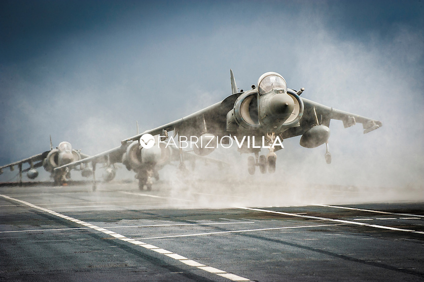 AV8, Harrier della marina Militare italiana, durante un appontaggio sulla portaerei Cavour.