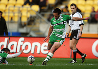 Manawatu second five Isaac Thompson kicks for goal. Air NZ Cup - Wellington Lions v Manawatu Turbos at Westpac Stadium, Wellington, New Zealand. Saturday 3 October 2009. Photo: Dave Lintott / lintottphoto.co.nz