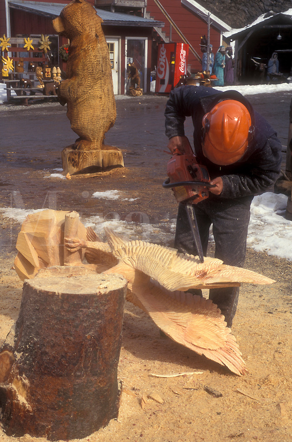 AJ5995, wood carving, chain saw, sculpture, woodwork, Man carves large wooden figures using a chainsaw at the Spinning Wheel Gift Shop in Stowe in Lamoille County in the state of Vermont.