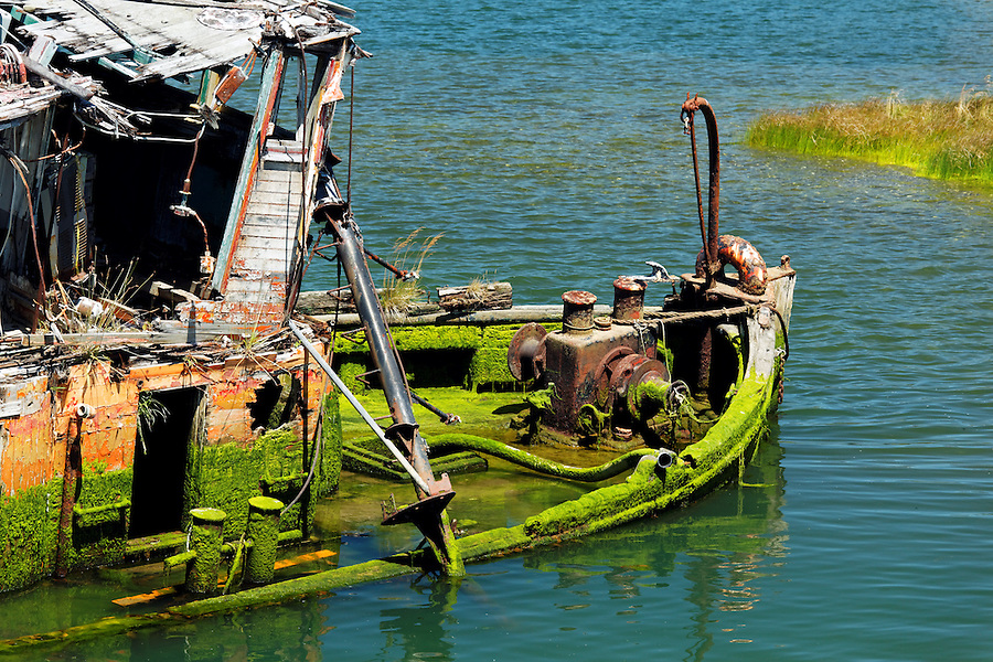 Rotting wrecked tug boat, Gold Beach, Oregon, USA, North America