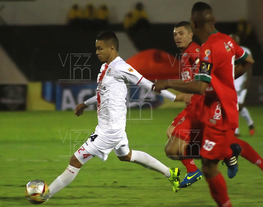 TUNJA  - COLOMBIA - 16-10-2015: Kelvin Osorio del Cortulua  disputa el balon contra Patriotas de Boyaca durante partido de la  fecha 16 de la Liga Aguila 2015 jugado en el estadio la Independencia.  /Kelvin Osorio   player of Cortulua fights the ball against of Patriotas de Boyaca during the Sixteen date  of the 2015 league Aguila played at Independence Stadium. Photo: VizzorImage / Cesar Melgarejo / Contribuidor