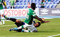 CALI -COLOMBIA-16-03-2014. Carlos Augusto Rivas (Der.) jugador del Deportivo Cali disputa el balón con Arquero Alejandro Otero (Izq.) de Patriotas FC durante partido de la 11 fecha de la Liga Postobon I 2014, jugado en el estadio Pascual Guerrero de Cali. / Carlos Augusto Rivas (R)  player of Deportivo Cali fights for the ball with goalkeeper Alejandro Otero (L) of Patriotas FC during a match for the 11th date of the Liga Postobon I 2014 at the Pascual Guerrero stadium in Cali city. Photo: VizzorImage/ Juan C Quintero /STR