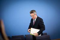 Verteidigungsminister Thomas de Maiziere (CDU) verlaesst am Mittwoch (05.06.13) die Bundespressekonferenz in Berlin nach einer Pressekonferenz zum Thema Euro Hawk.<br /> Foto: Axel Schmidt/CommonLens