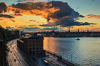 Skymningsmoln över Slussen och Gamla Stan Stockholm med Stadsgådens billed och kaj.