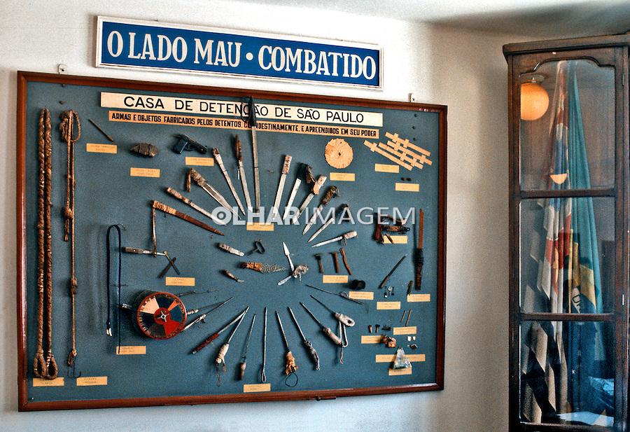 Armas apreendidas dentro das celas da Casa de Detenção. São Paulo. 1985. Foto de Juca Martins.