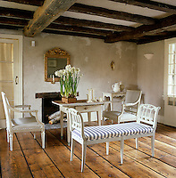 The original 1820's dining room in this Swedish-style country house has been turned into a sitting room with a Gustavian bench as its centrepiece