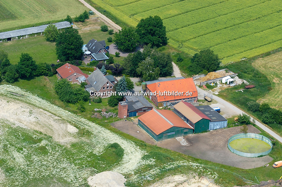 BauernhofEUROPA, DEUTSCHLAND, SCHLESWIG- HOLSTEIN, LUEBECK 23.06.2005:Bauernhof im Bereich A1, Ostseeautobahn<br />Luftaufnahme, Luftbild,  Luftansicht