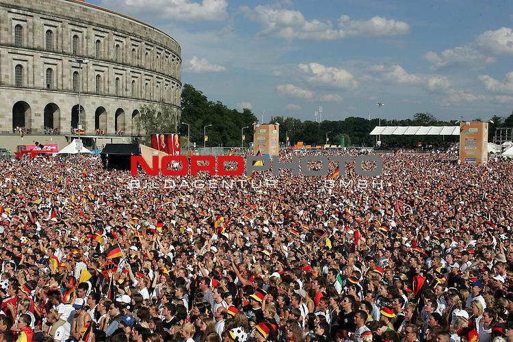 FIFA WM 2006 -  Fan Fest Nuernberg<br /> <br /> <br /> <br /> Deutschland - Schweden<br /> <br /> <br /> <br /> 35000 Deutschland Fans verfolgen das Spiel am Volksfestplatz vor der 60qm Leinwand.<br /> <br /> <br /> <br /> Foto: nordphoto