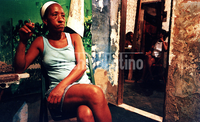 Prostitutas de la favela Cidade de Deus se preparan para salir a los barrios de clase media alta Copacabana e Ipanema en busqueda de clientes.+mujer, puta, prostitucion, pobreza * Prostitutes at Cidade de Deus (City of God) slum prepare to leave heading to middle class neighborhoods such as Copacabana e Ipanema looking for customers+prostitution, woman, poverty *Des prostitués de la favela Cité de Dieu se préparant à sortir vers les quartiers mieux fréquentés comme Copacabana et Ipanema à la recherche de clients. +femmes, putes, pauvreté, pauvres, classe, moyenne, haute, rio, janeiro