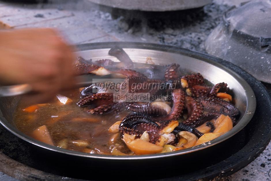 Europe/Croatie/Dalmatie/ Ile de Vis/ Vis: Chez Oliver Roki Domaine  Roki's - cuisson traditionnelle   à la peka (ustensile de  cuisine) de la peka au riz et calamar